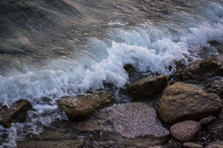 Μύκονος: Θρίλερ με νεκρή γυναίκα στα βράχια παραλίας – Σοκ για περαστικό που είδε την εικόνα!