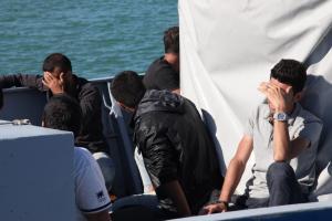 Ρόδος: Δραματική διάσωση μεταναστών στο Αιγαίο – Ο διακινητής δεν πρόλαβε να ξεφύγει από τη θαλαμηγό!