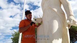 Ναύπλιο: Το άγαλμα του Καποδίστρια απέκτησε το δάχτυλο που του έλειπε – Κόλλησαν τον αντίχειρα μετά από 40 χρόνια [pics]