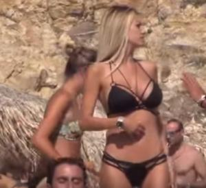 Μύκονος: Γοργόνα στην παραλία η Σάσα Μπάστα – Εμφανίστηκε έτσι και κόλασε μικρούς και μεγάλους [vids]