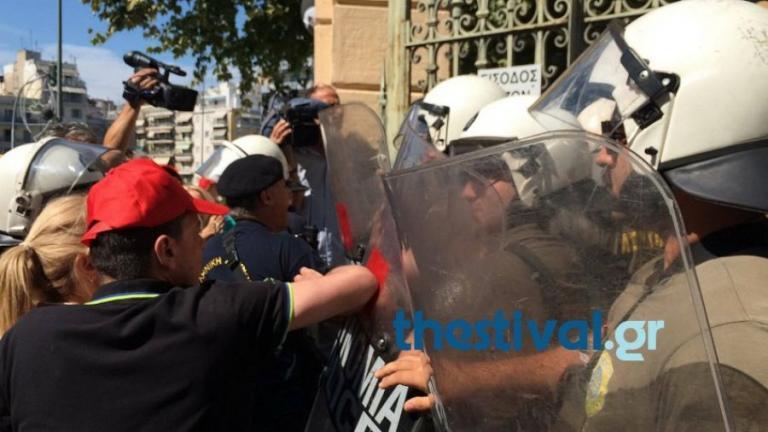 Θεσσαλονίκη: Επεισόδια, ξύλο και λιποθυμία γυναίκας στο υπουργείο Μακεδονίας Θράκης [pics, vids] | Newsit.gr