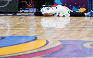 Eurobasket 2017: Άσχημη πτώση για Αντετοκούνμπο μετά από τάπα [vid]