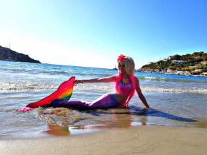 Μια… Barbie γοργόνα κάνει διακοπές στη Σύρο! [vid]