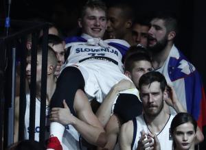 Ανατριχίλα με την απόλυτη στιγμή του Eurobasket 2017! Στα χέρια ο Ντόντσιτς που κούτσαινε [vids]