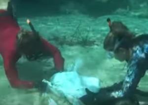 Μύκονος: Ο βυθός της διάσημης παραλίας έδειξε την ασυνειδησία λουόμενων και όχι μόνο [vid]