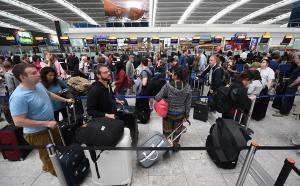 Χάος σε αεροδρόμια σε όλο τον κόσμο: Κατέρρευσαν τα συστήματα check-in! Απίστευτη ταλαιπωρία για επιβάτες
