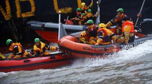Κατάληψη από το Greenpeace σε πλοίο με αυτοκίνητα diesel [vids, pics]