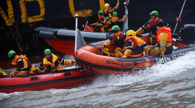 Κατάληψη από το Greenpeace σε πλοίο με αυτοκίνητα diesel [vids, pics] | Newsit.gr