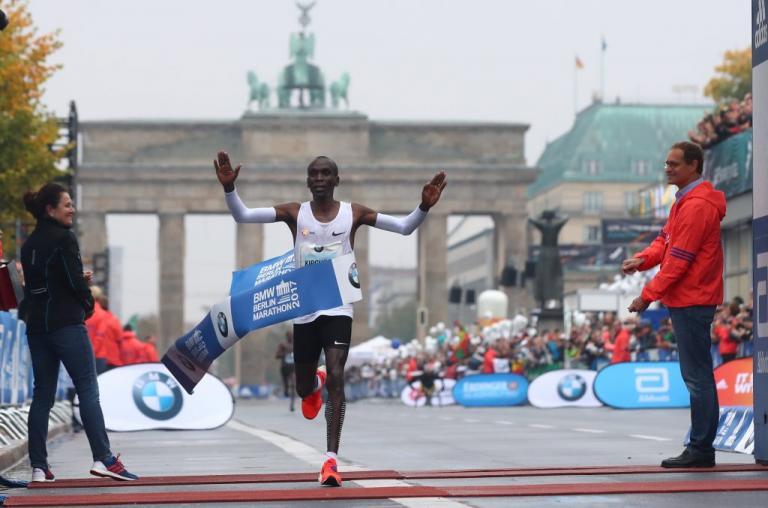 Ο Κενυάτης Κιπτσόγκε νικητής στο Μαραθώνιο του Βερολίνου   Newsit.gr