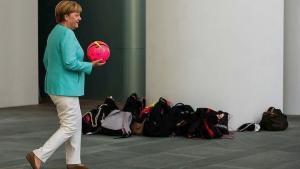 Μέρκελ: «FIFA και UEFA ξαναγράψτε τους κανόνες»