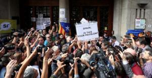 Χάος και τρομοκρατία στην Ισπανία πριν το δημοψήφισμα στην Καταλονία – Εισβολή και συλλήψεις από την Εθνοφυλακή