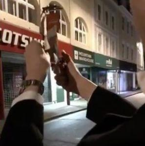 Ξανά στο Cambridge ο φοιτητής που έκαψε χαρτονόμισμα μπροστά σε άστεγο