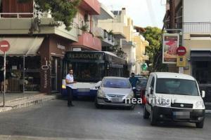 Ηράκλειο: Ο οδηγός το τερμάτισε – Το παράνομο παρκάρισμα ανάγκασε τους επιβάτες λεωφορείου να περιμένουν [pics]