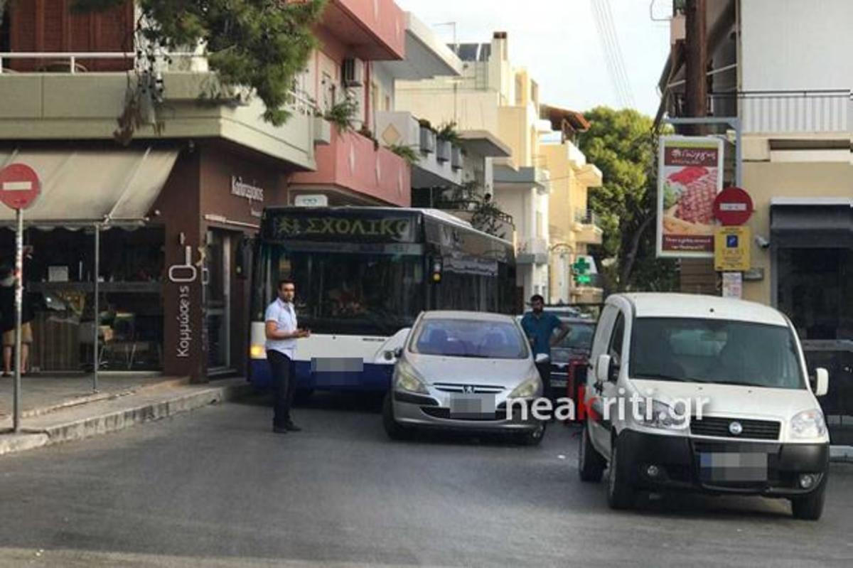 Ηράκλειο: Ο οδηγός το τερμάτισε – Το παράνομο παρκάρισμα ανάγκασε τους επιβάτες λεωφορείου να περιμένουν [pics] | Newsit.gr