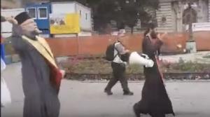 Σερβία: Παπάς «ράντισε» με αγιασμό τους δρόμους που πέρασε το Gay Pride! [vid]