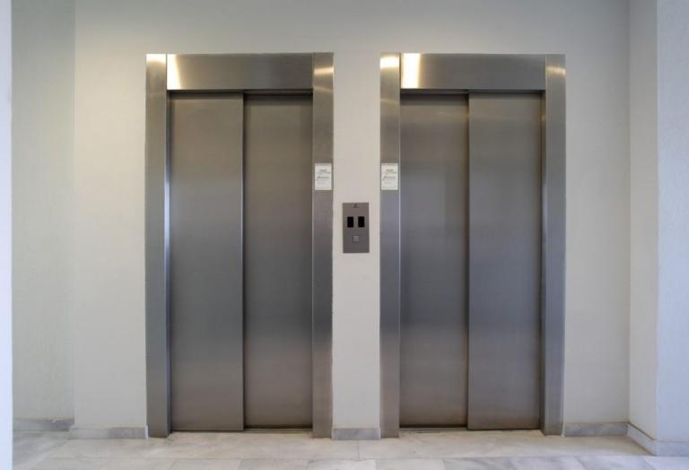 Θεσσαλονίκη: Τη χτύπησε και τη λήστεψε μέσα στο ασανσέρ | Newsit.gr