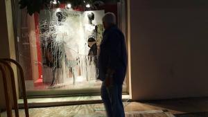 Πάτρα: Επίθεση κουκουλοφόρων την ώρα της πορείας για τον Παύλο Φύσσα – Έσπασαν μαγαζιά