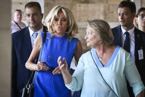 Επίσκεψη Μακρόν: Τα δώρα της Σίσσυς Παυλοπούλου στην Μπριζίτ Τρονιέ [pics]