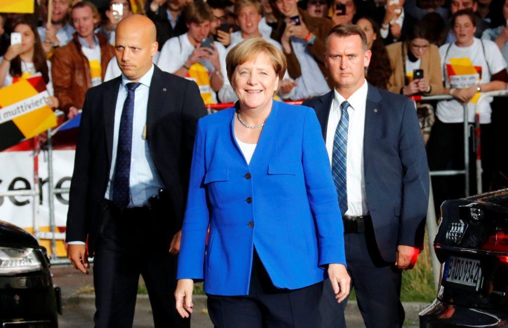 Χαμογελαστή η Μέρκελ μετά το debate