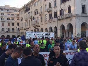Το newsit.gr στην ΔΕΘ: Συγκέντρωση ένστολων – Ζητούν επαναφορά των μισθών τους [pics]