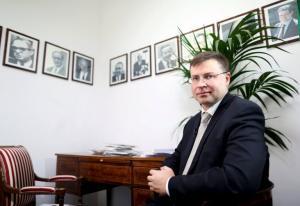 Ντομπρόβσκις: «Παγώνει» τις προσδοκίες του Τσακαλώτου