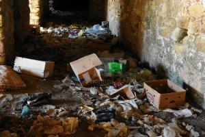 Χίος: Εικόνες ντροπής στο Κάστρο – Το ιστορικό μνημείο έγινε σκουπιδότοπος [pics, vid]