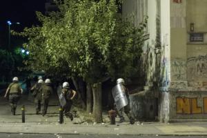 Μολότοφ εναντίον αστυνομικών στο Πολυτεχνείο