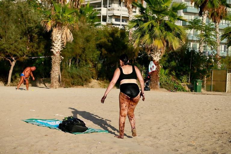 Σοκαριστική φωτογραφία από το Παλαιό Φάληρο: Γυναίκα βγαίνει από τη θάλασσα, καλυμμένη με πίσσα! | Newsit.gr