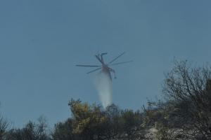 Φωτιά σε δύσβατη ορεινή περιοχή στη Δράμα