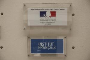 Μακρόν στην Αθήνα: Επίθεση με μπογιές στο Γαλλικό Ινστιτούτο παραμονή της επίσκεψής του