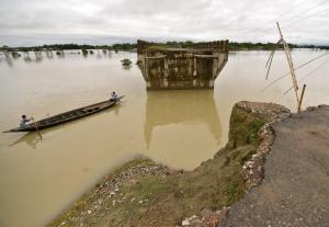 """Ινδία: Κατέρρευσε υπό κατασκευή γέφυρα """"καταπίνοντας"""" του εργάτες – Ένας νεκρός"""