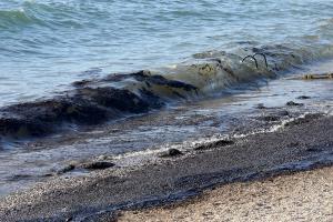 Απέραντο «μαύρο» η παραλιακή – Έως τη Βούλα κομμάτια από την πετρελαιοκηλίδα!