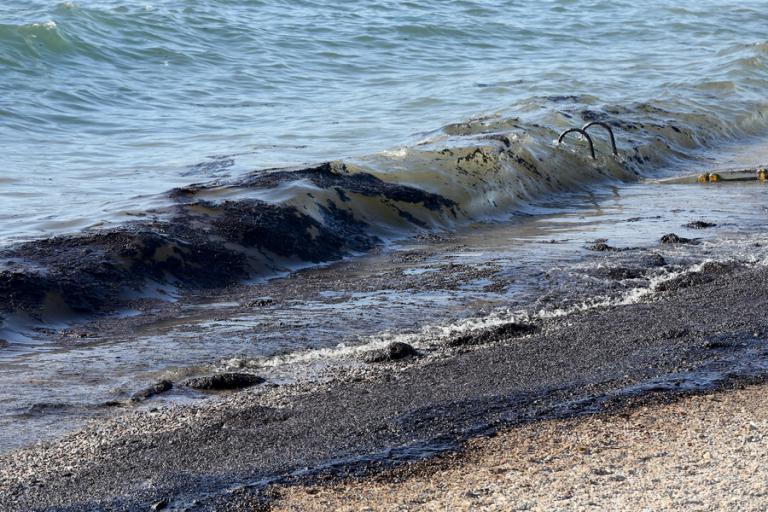 Απέραντο «μαύρο» η παραλιακή – Έως τη Βούλα κομμάτια από την πετρελαιοκηλίδα! | Newsit.gr