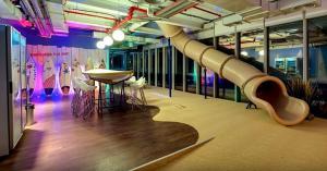 Τροχός έκπληξη για τα γενέθλια της Google: Σινεμά και αερόστατα μέσα στα γραφεία