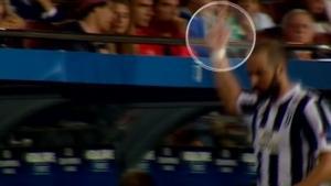 Champions League: Προκλητικός Ιγκουαίν! Η άσεμνη χειρονομία στους οπαδούς της Μπαρτσελόνα