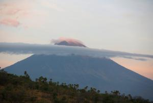 Πανικός στο Μπαλί από ηφαίστειο έτοιμο να εκραγεί – Δεκάδες χιλιάδες τρέχουν να σωθούν [pics, vids]