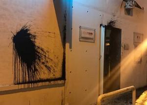 Επίθεση στο Γαλλικό Ινστιτούτο πριν την άφιξη Μακρόν: Τι είδαν οι κάμερες