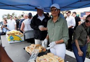 Κυκλώνας Ίρμα: Ο Τραμπ μοίρασε σάντουϊτς με την Μελάνια! [pics]