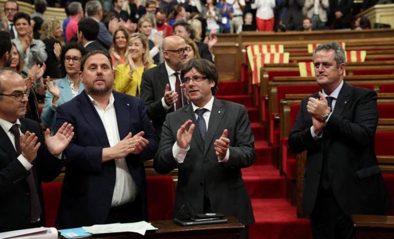 Ραχόι προς Καταλανούς: Μην ακούτε τον Πουτζδεμόν – Εμφυλιακό κλίμα στην Ισπανία | Newsit.gr