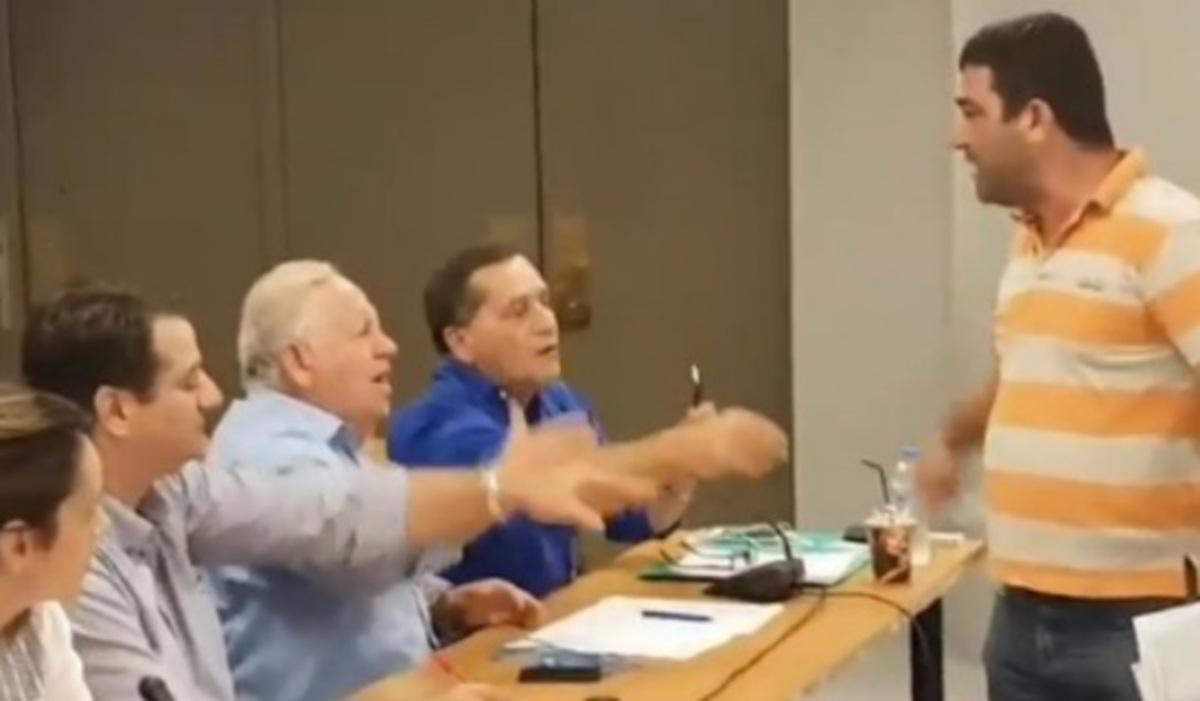 """Κεφαλονιά: """"Σκοτωμός"""" και… γαλλικά στο Δημοτικό Συμβούλιο! [vid]   Newsit.gr"""
