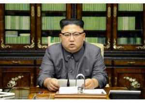"""""""Απασφάλισε"""" ο Κιμ Γιονγκ Ουν! «Ψυχικά διαταραγμένος» και «γεροξεκούτης» ο Τραμπ – «Θα τον τιθασεύσω με φωτιά»"""