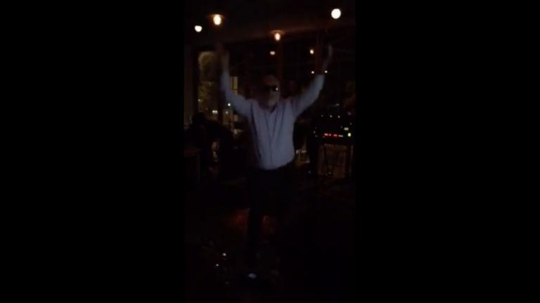 Παναγιώτης Κουρουμπλής: Ζεϊμπέκικο στη γιορτή του ιδιοκτήτη του «Αγία Ζώνη ΙΙ» [vid]