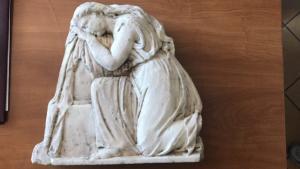 Αυτή είναι η μαρμάρινη πλάκα που βρέθηκε στο αυτοκίνητο των αρχαιοκάπηλων [pics, vid]