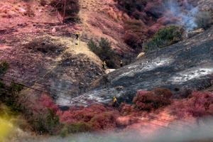 Λος Άντζελες: Ανεξέλεγκτη παρά τη βροχή η φωτιά [pics, vids]