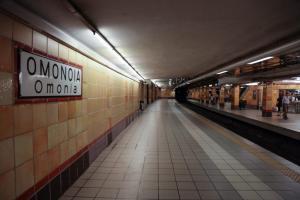 Ομόνοια: Άνδρας στις γραμμές του μετρό