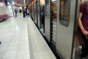 Άνδρας έπεσε στις ράγες του Μετρό στο Πανεπιστήμιο – Ανασύρθηκε νεκρός – Διακοπή των δρομολογίων
