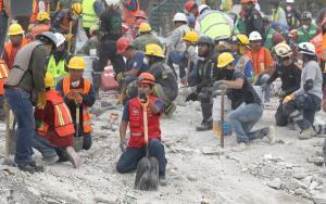 Μεξικό – σεισμός: Χάνεται η ελπίδα στα συντρίμμια – Δεν υπάρχει ζωντανό παιδί στο σχολείο που κατέρρευσε – 273 οι νεκροί [pics, vids]