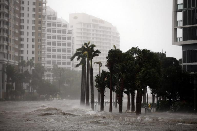 Κυκλώνας Ίρμα: Μετατράπηκε σε απέραντη «λίμνη» το Μαϊάμι – Θέλουν να… πυροβολήσουν για να τον σταματήσουν | Newsit.gr