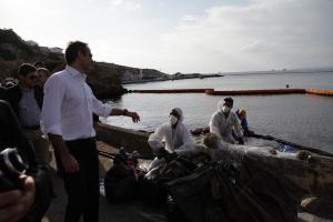 Πετρελαιοκηλίδα: Αυτοψία ο Μητσοτάκης στη Σαλαμίνα [pics]