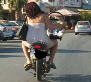Μυτιλήνη: Σάλος στο διαδίκτυο με αυτή τη φωτογραφία – Μεταφορά νεογέννητου μωρού σε μηχανάκι [pics]